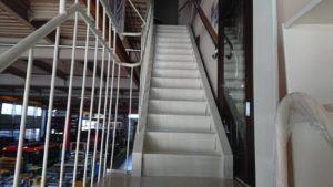 工場の階段を塗装させて頂きました。